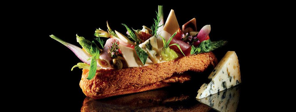 Croq'éclair jambon champignons espuma et copeaux à la Fourme d'Ambert