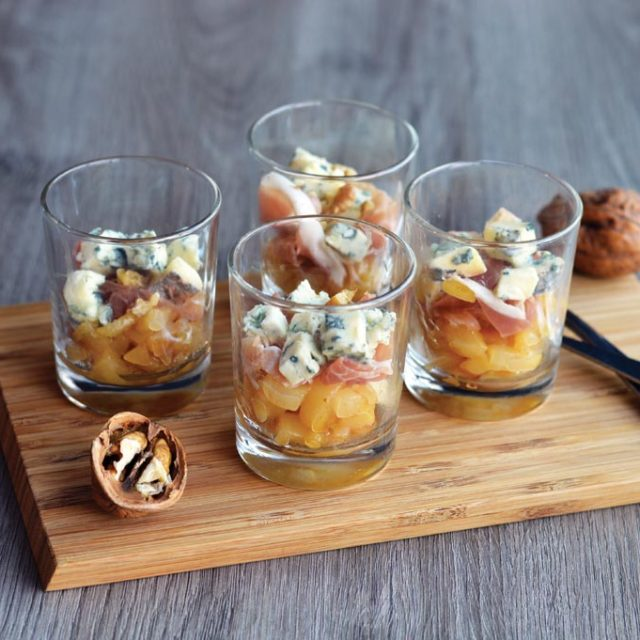 Verrine de poire, jambon cru, noix et Fourme d'Ambert