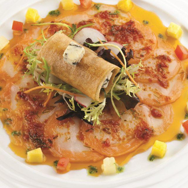 Carpaccio de saumon et noix de Saint-Jacques, petite salade et nem à la Fourme d'Ambert