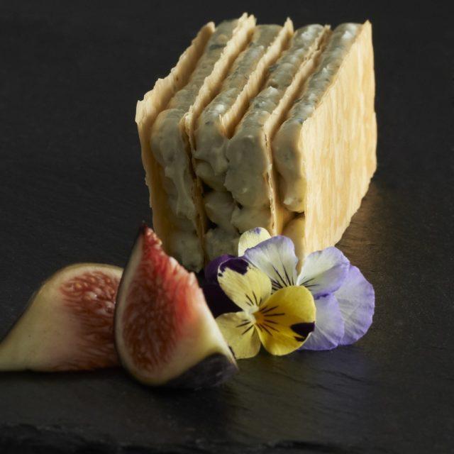 Millefeuille de Fourme d'Ambert au Sauternes, confiture de figues et figues rôties