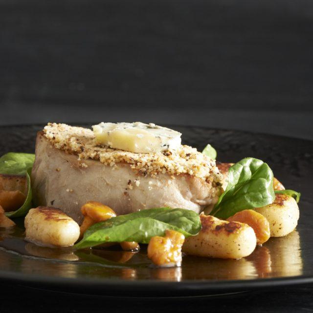 Filet de veau en croûte de Fourme d'Ambert, gnocchis et girolles