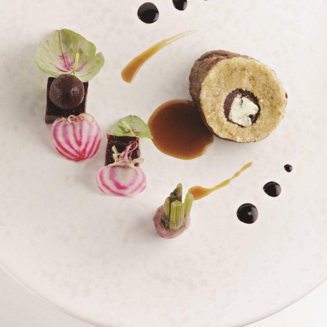 Mignon de veau et Fourme d'Ambert, crumble aux noix et déclinaison de betteraves