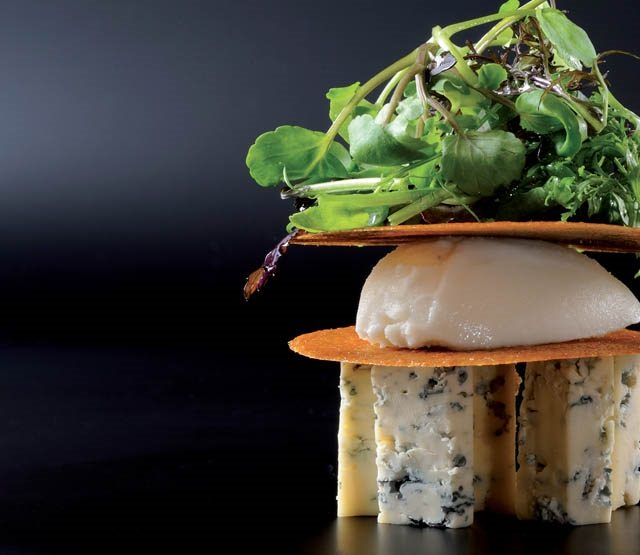 Millefeuille croustillant de Fourme d'Ambert et nougatine noisette