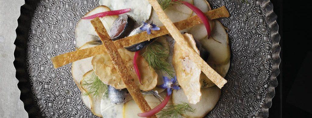 Sardine confite au sel, carpaccio de poire et Fourme d'Ambert, tuile au noix et pickles d'oignon rouge