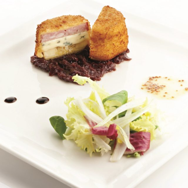 Cromesquis lyonnais à la Fourme d'Ambert, compotée d'oignons au beaujolais