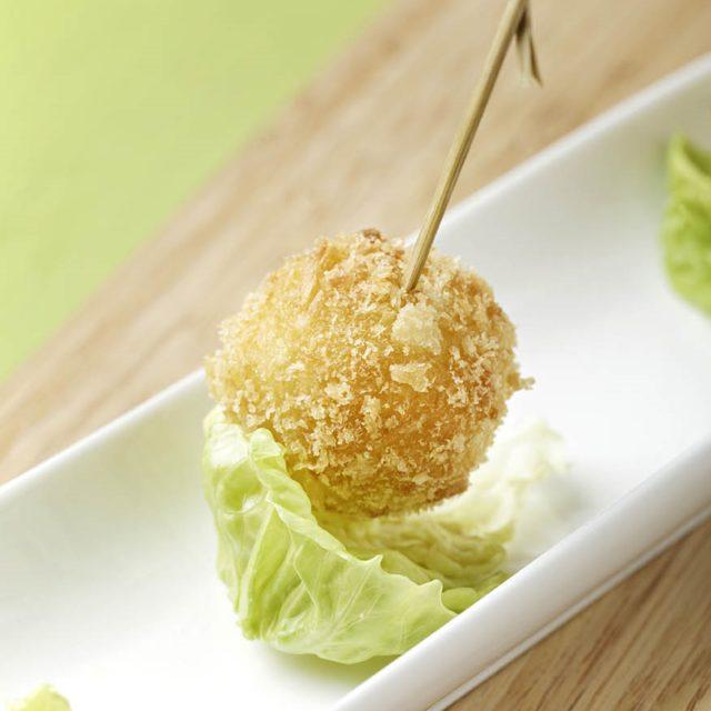 Sucette frie à la Fourme d'Ambert, salade à l'huile de noix