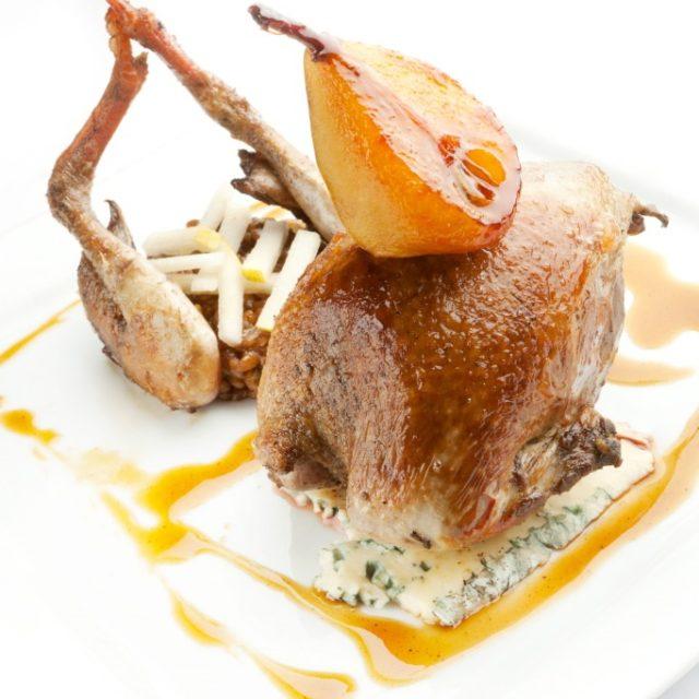 Suprême de Pigeon rôti à la Fourme d'Ambert et poire caramélisée