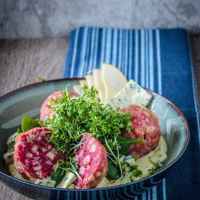 Rote beete knödel mit Fourme d'Ambert-soss