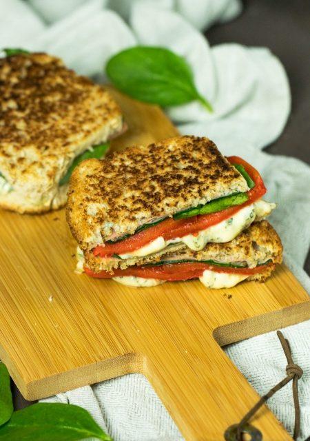 Sandwich mit Fourme d'Ambert, Spinat, Paprika und Schinken