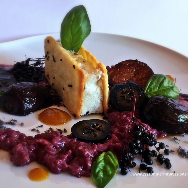 Fourme d'Ambert mousse im cracker mit holunderbeerenrisotto