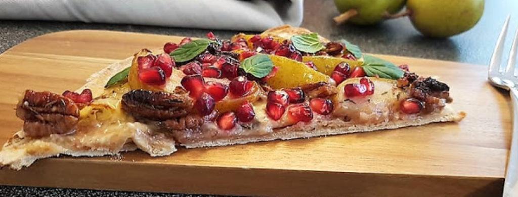 Flammkuchen mit Fourme d'Ambert, Birnen und Pekannüssen