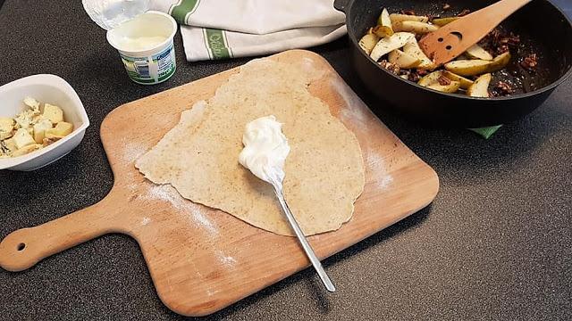 Schritt 3 - Rezept Flammkuchen mit Fourme d'Ambert, Birnen und Pekannüssen