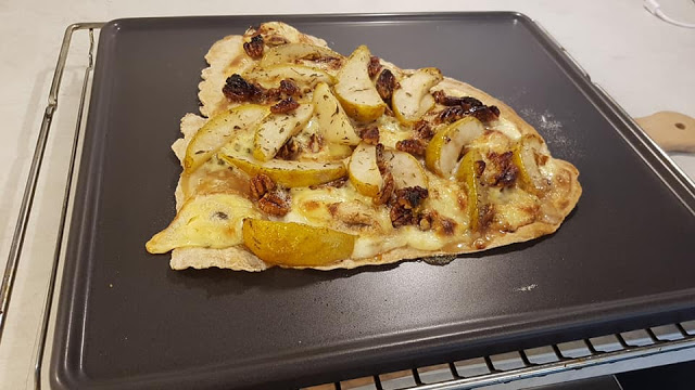 Schritt 6 - Rezept Flammkuchen mit Fourme d'Ambert, Birnen und Pekannüssen