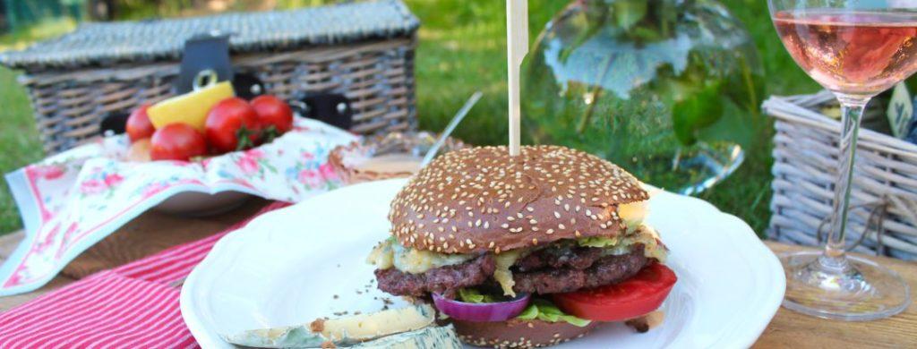 Sommerpicknick mit Blauschimmelkäse-Burgern vom Grill