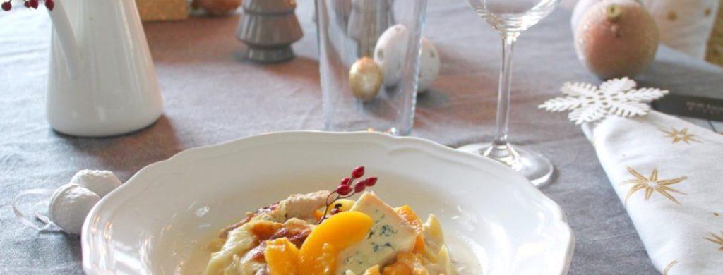 Ein Duett aus Hähnchen und Pfirsich in einem cremigen Blauschimmelkäsemantel