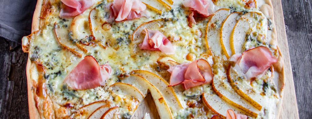 Flammkuchen mit Birnen und Fourme d'Ambert