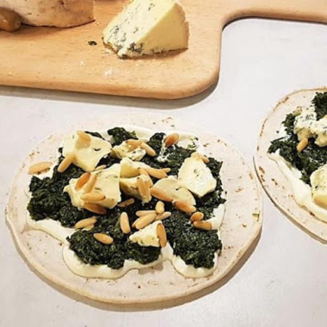 Schritt 2 - Rezept Vegetarische Taquilinos mit Fourme d'Ambert, Spinat und Pinienkernen