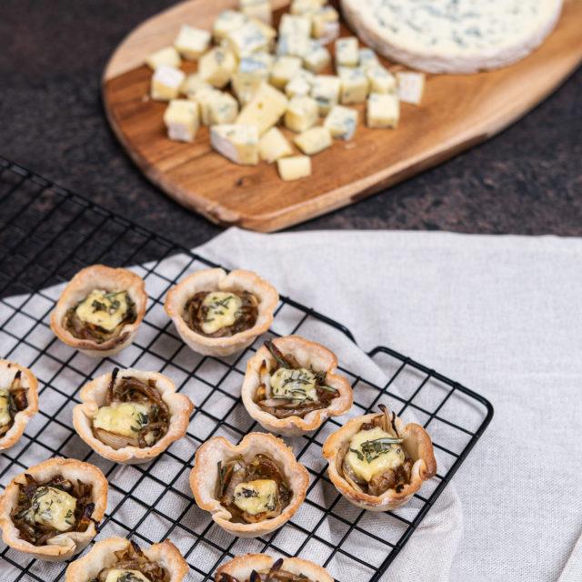 Mini tartelettes feuilletées aux oignons confit et Fourme d'Ambert AOP